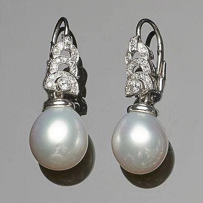 A PAIR OF ART DECO GOLD, PLATINUM, PEARL AND DIAMOND DROP EARRINGS