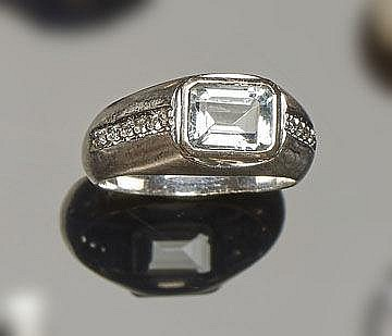 A GOLD, BLUE GEMSTONE AND DIAMOND RING