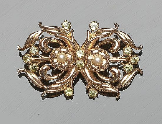 A GOLD, GREEN GEMSTONE AND PEARL BROOCH