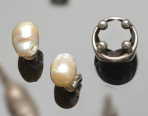A PAIR OF SILVER AND PEARL EARRINGS; A SILVER AND ONYX RING