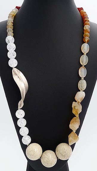 A SILVER, QUARTZ AND QUARTZ NECKLACE