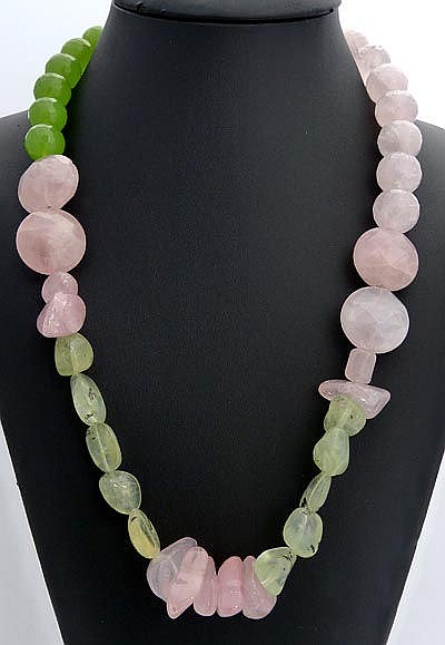 A SILVER AND QUARTZ NECKLACE