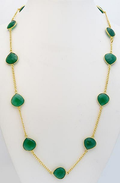 A GILT STERLING SILVER AND GREEN GEMSTONE NECKLACE