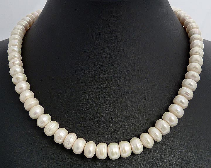 A METAL AND PEARL NECKLACE