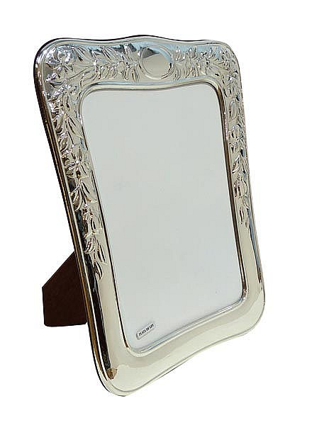 A STERLING SILVER PHOTOGRAPH FRAME
