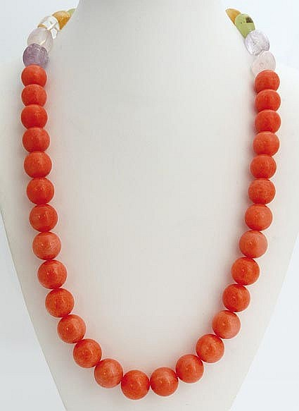 A SILVER, ORANGE GEMSTONE AND QUARTZ NECKLACE