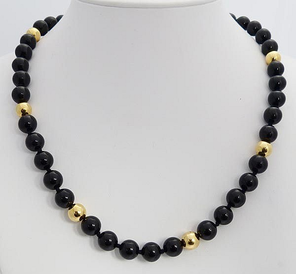A GOLD AND ONYX NECKLACE