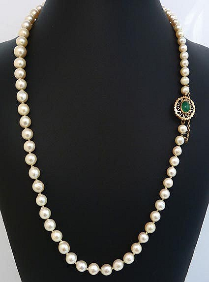A VINTAGE PEARL, GOLD AND GREEN GEMSTONE NECKLACE