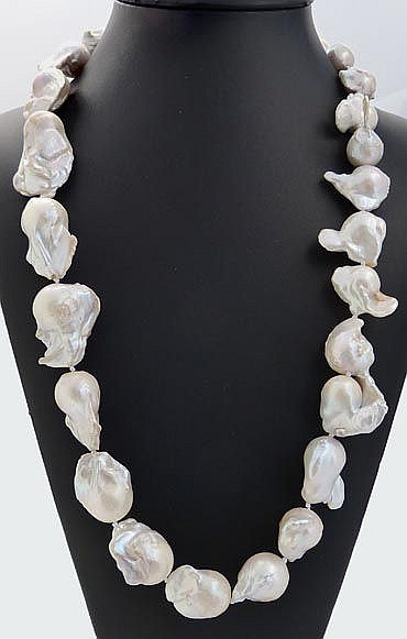 A PEARL DROP NECKLACE