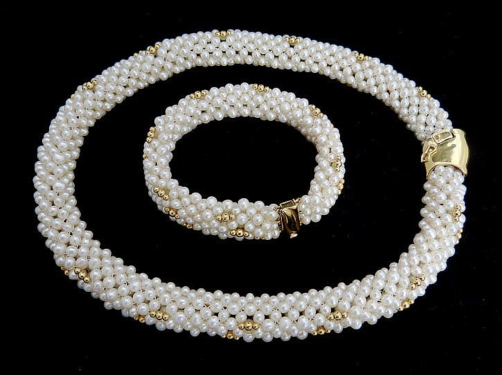 A SET OF GOLD AND PEARL JEWELRY
