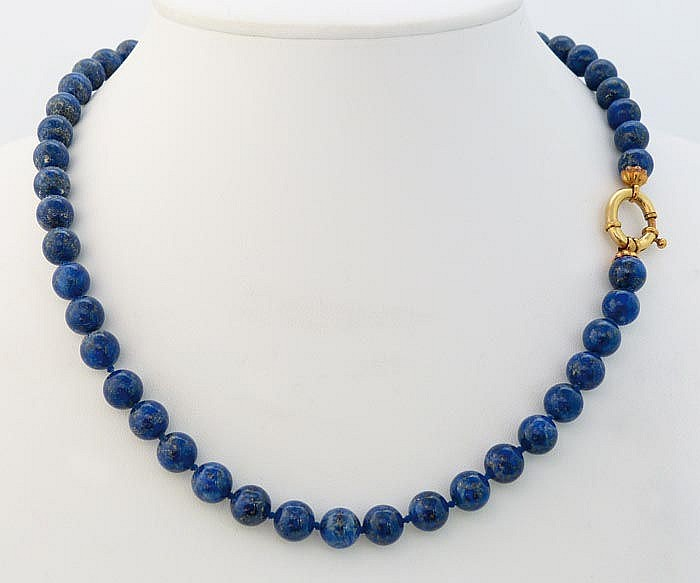 A GOLD AND LAPIS LAZULI NECKLACE