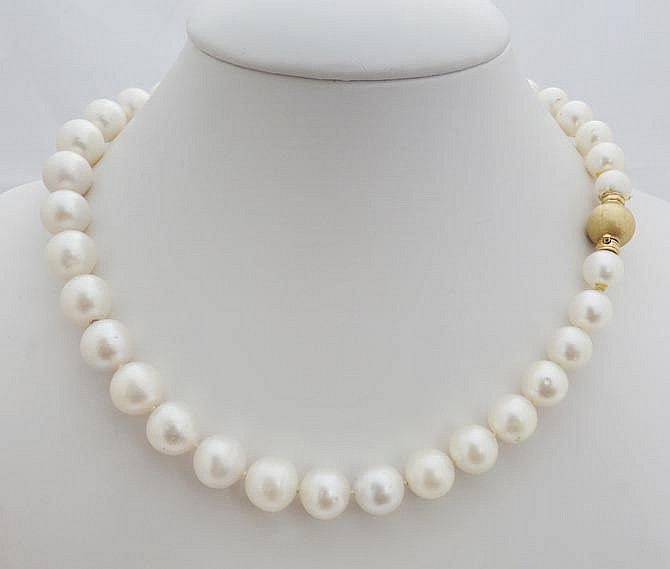 A GOLD AND PEARL NECKLACE