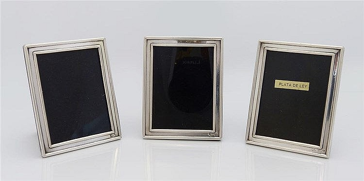 A SET OF THREE SMALL STERLING SILVER PHOTOGRAPH FRAMES