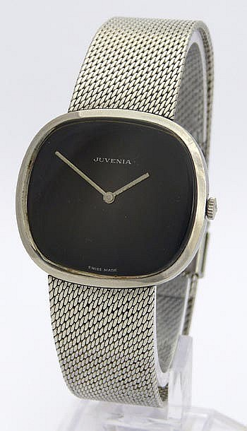 A VINTAGE WRISTWATCH, BY JUVENIA