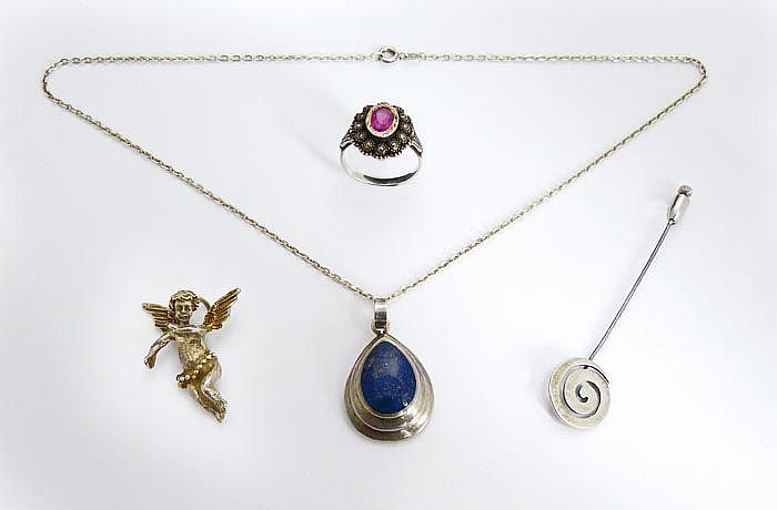 A SILVER JEWELRY SET