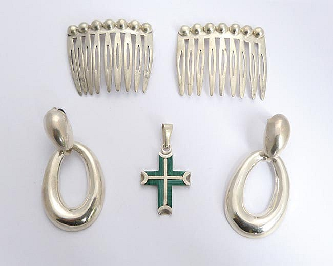 A PAIR OF STERLING SILVER COMBS; A PAIR OF STERLING SILVER EARRINGS; A STERLING SILVER AND MALACHITE PENDANT CROSS