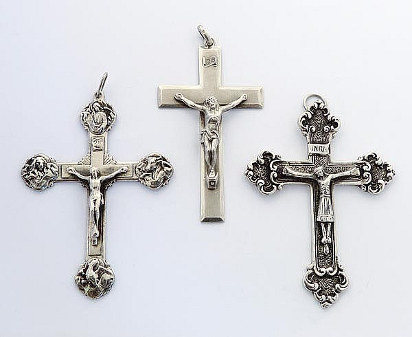 A SET OF THREE VINTAGE SILVER HANGING CRUCIFIXES