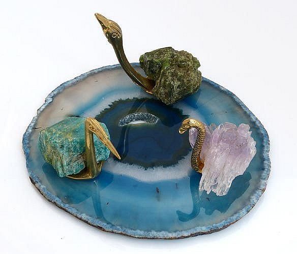 AN AGATE PLATTER TRAY WITH THREE SWAN FIGURES