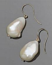 A PAIR OF GOLD AND PEARLF DROP EARRINGS