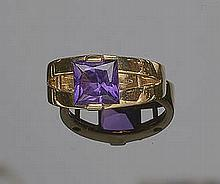 A GOLD AND AMETHYST RING