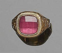 A VINTAGE GOLD AND RED GEMSTONE RING