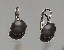 A PAIR OF VINTAGE GOLD AND ONYX EARRINGS