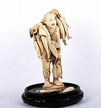 AN ANTIQUE ORIENTAL IVORY FIGURE, EARLY 20TH CENTURY