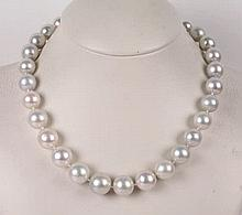 AN AUSTRALIAN PEARL AND GOLD NECKLACE