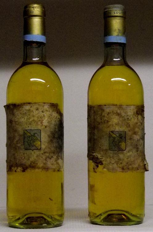 2 Bouteilles Ch.  PIADA BARSAC Etiquettes abîmées, niveaux haute épaule. Labels damaged, levels top shoulder.  1979