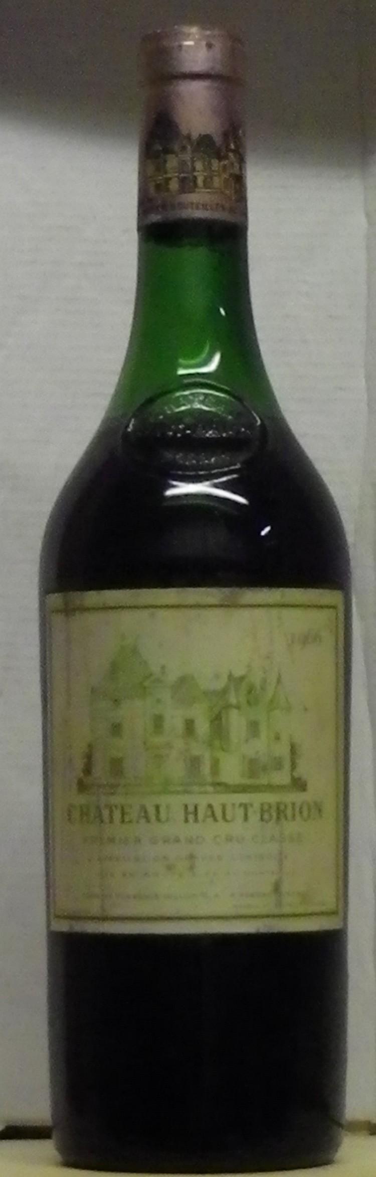 1 Bouteille HAUT BRION Etiquette très légèrement tachée, niveau 5 cm.  Label lightly stained, level 5 cm.   1966