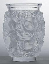 LALIQUE René (1860-1945) Vase «Bagatelle». Épreuve de tirage industriel réalisée en verre blanc soufflé-moulé. Signé Lalique France à la pointe. Haut. 17,3 cm 80 / 100 € - Bibl. Félix Marcilhac,