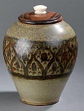 PAULUS      Vase ovoïde couvert en céramique. Décor d'une frise stylisé, émaillé noir sur fond beige.    Couvercle en ébène de macassar, prise en ivoire.    Signé, marqué «ex unique » et daté 1926.    Haut.  21,5 cm