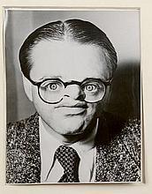Arthur H. FELLIG, dit WEEGEE (1899-1968)   Portrait multiple    Tirage argentique postérieur, porte le tampon Atlantic Press au dos   22,8 x 19,2 cm   A son autoportrait Weegee ajoute celui de sa fille