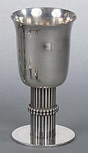 DESPRÈS Jean (1889-1980)      Coupe conique à col légèrement évasé en métal argenté, fut rainuré à motif de guirlandes de    boules, reposant sur une base circulaire.    Signée.    Haut.  14,7 cm