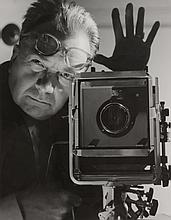 Roger SCHALL (1904-1995) 150/200      Autoportrait, vers 1970   Tirage argentique d'époque, tampon bleu du photographe au dos   30,4 x 24 cm