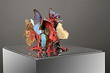 Philippe PASQUA ( né en 1965) Vanité aux papillons    Crâne en résine et papillons, boite en plexiglas   60 x 50 x 50 cm