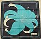 MISS BALMAIN Paris Foulard en soie bleu à décor de fleur - Dimensions: 77 x 77 cm (fils tirés, petites taches) Size : 30,3 x 30,3 in. (pulls, small stains)