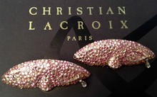 CHRISTIAN LACROIX Paire de broches Masque pavée de strass roses   Longueur: 8 cm