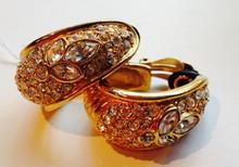 GOOSSENS Paire de créoles en métal doré pavée de strass à décor de feuillage    Hauteur : 4,5 cm