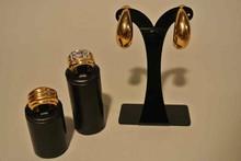 GOOSSENS Paire de créoles en métal doré lisse    Hauteur : 4,5 cm, on y joint deux bagues en métal doré et strass T 53 ( accident à un strass)