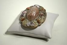 Boucle de ceinture en bronze ornée de pierres dures