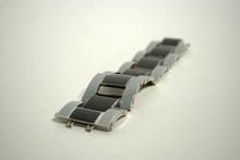 Bracelet en métal argenté émaillé noir et gris de style art déco
