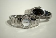TISSOT deux montres de dame ronde et ovale en acier et diamants, mouvement quartz (avec certificats)