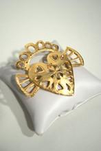 SONIA RYKIEL Broche en métal doré ajouré figurant un coeur ailé couronné