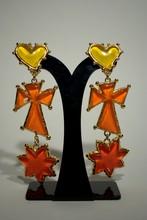 CHRISTIAN LACROIX Eté 1994  Paire de clips d'oreilles en métal doré