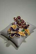CHRISTIAN LACROIX Broche en métal doré à décor de fleurs et de papillons émaillé violet et ornée de strass    Largeur : 8cm