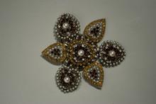 ZINI Importante broche fleur en métal ornée de perles nacrées et pierres décoratives