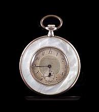 TAVANNES WATCH & Co Montre de poche en argent et nacre, mouvement mécanique - Hauteur : 6cm - Poids brut : 44,8g  Silver and mother of pearl pocket watch - Height : 2,3in.