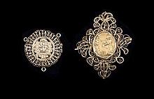 Deux pendentifs en argent doré filigrannés à décor de scènes religieuses - Travail portugais 19ème - Hauteurs : 7 et 4cm Poids brut : 32,2g   Silver gilted pair of pendants decorated with religious scenes - Height : 2,7 and 1,6in.