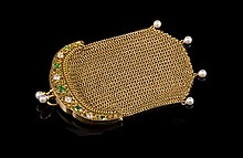 Porte monnaie en or ciselé orné de grenats demantoïdes, diamants et perles - Hauteur : 9cm -  Poids brut : 35,8g  Gold purse set with garnets, diamonds and pearls - Height : 3,5in.